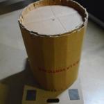 Emballage en carton renforcé, en cours de fermeture